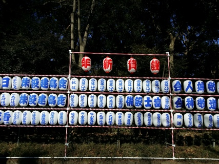 On the way to the Shrine, we see these lanterns, sake and wine barrels donated by various companies for the new year!